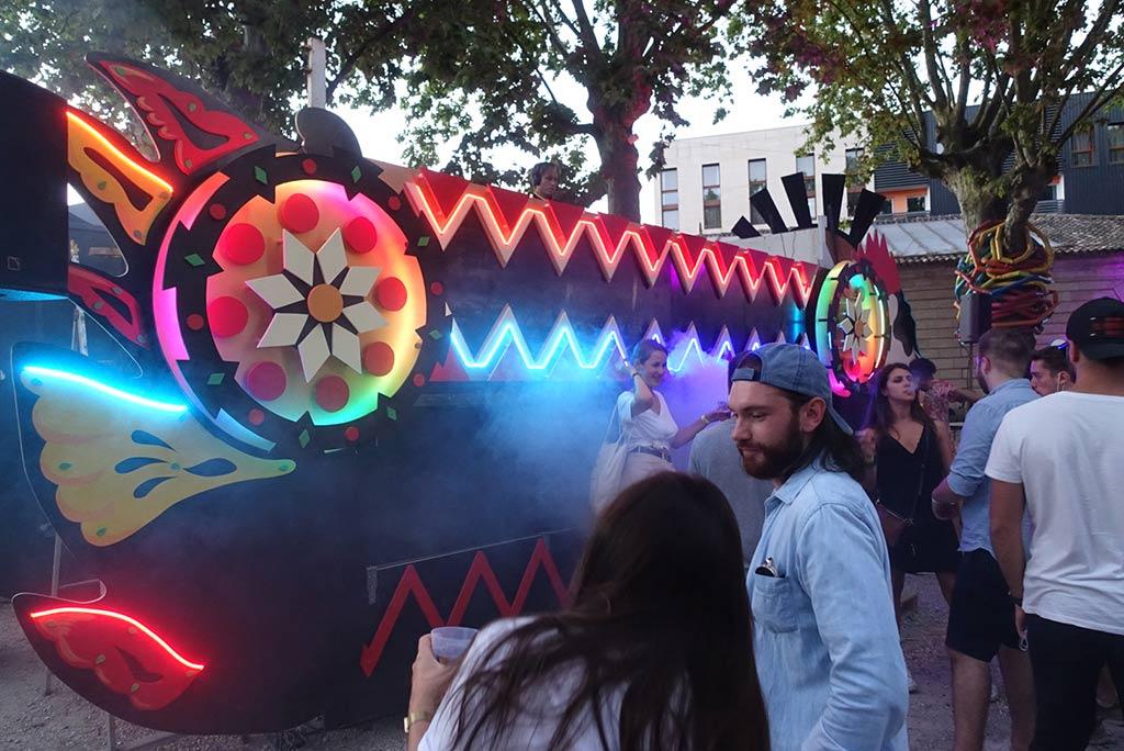 scénographie et néon sur mesure Art car, véhicule scène dj 6