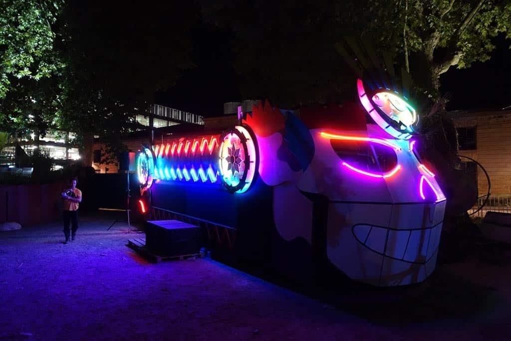 scénographie et néon sur mesure Art car, véhicule scène dj