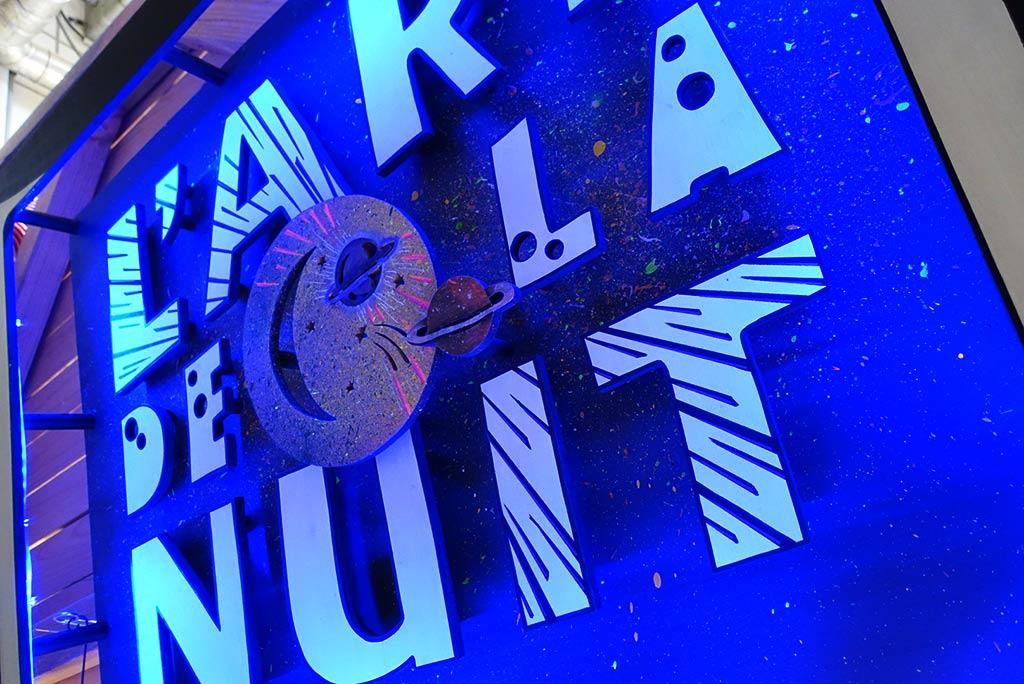 scénographie et néon sur mesure L'art de la nuit art evenementiel