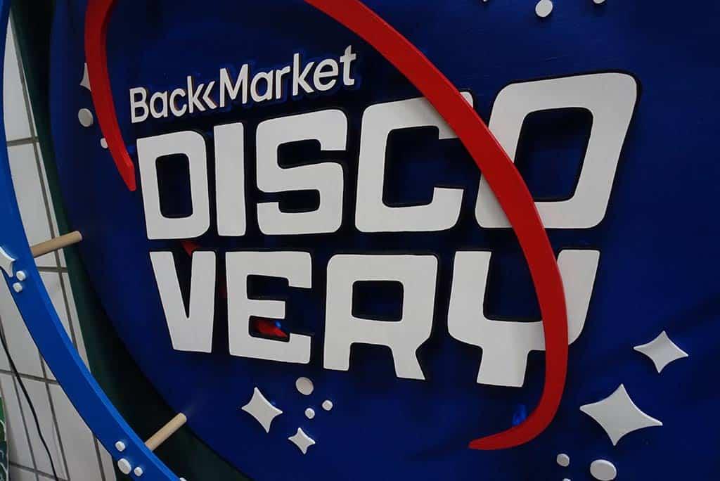 scénographie et néon sur mesure BackMarket Discovery 7