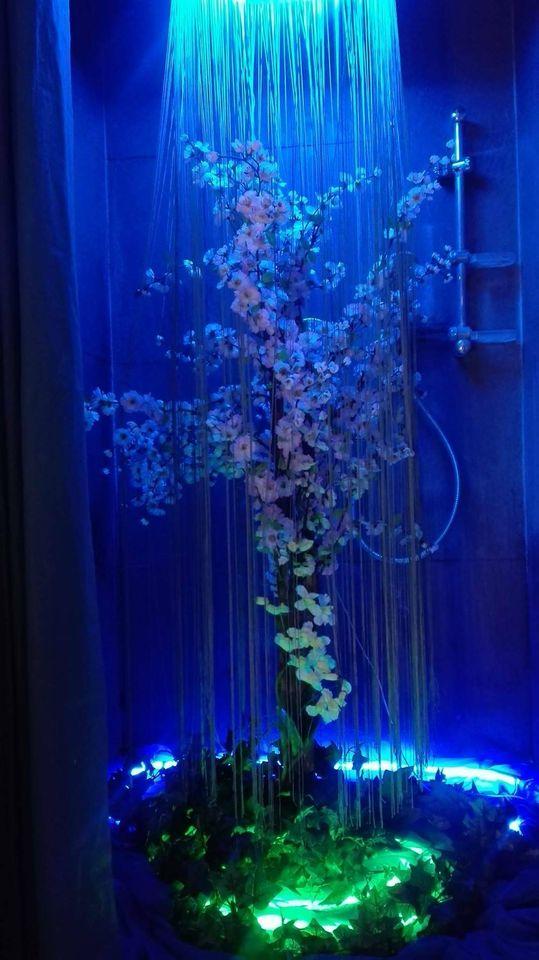 Scénographie florale et néon sur mesure