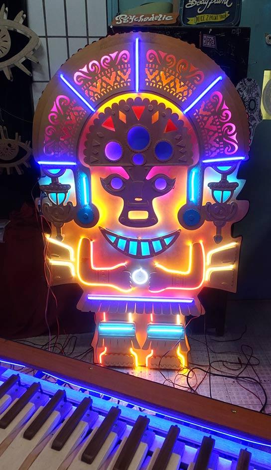Scénographie et Néon sur Mesure Statuette Inca