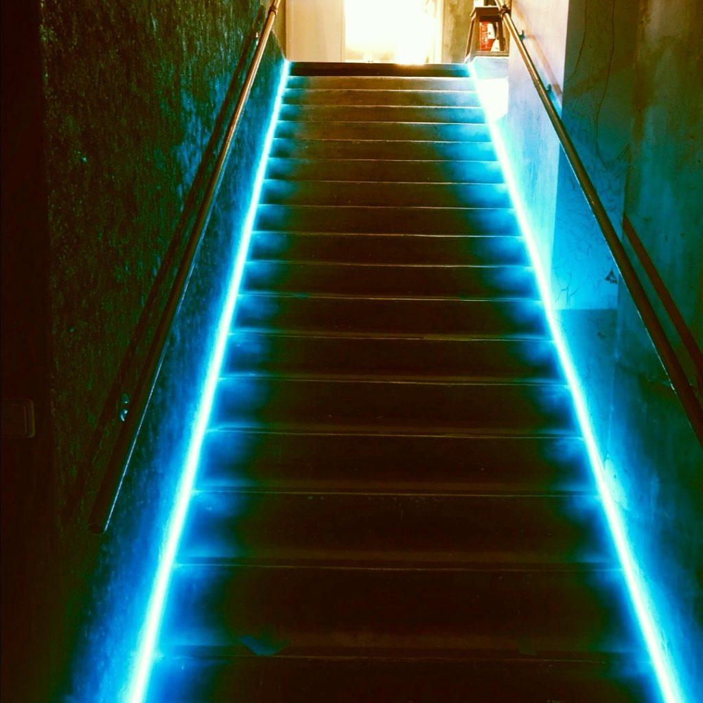 Néon sur mesure en location Les Escaliers  Exemplaire