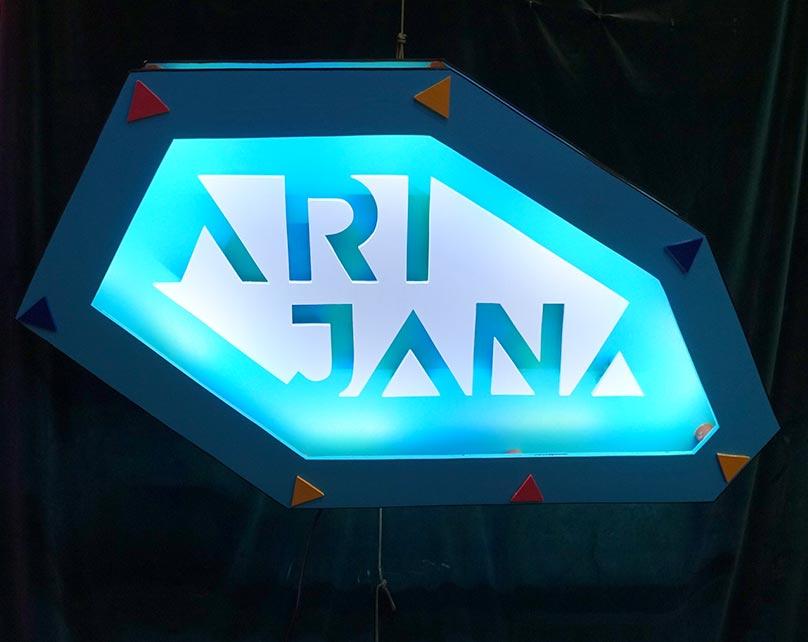 Arijana, enseigne bois et lumière
