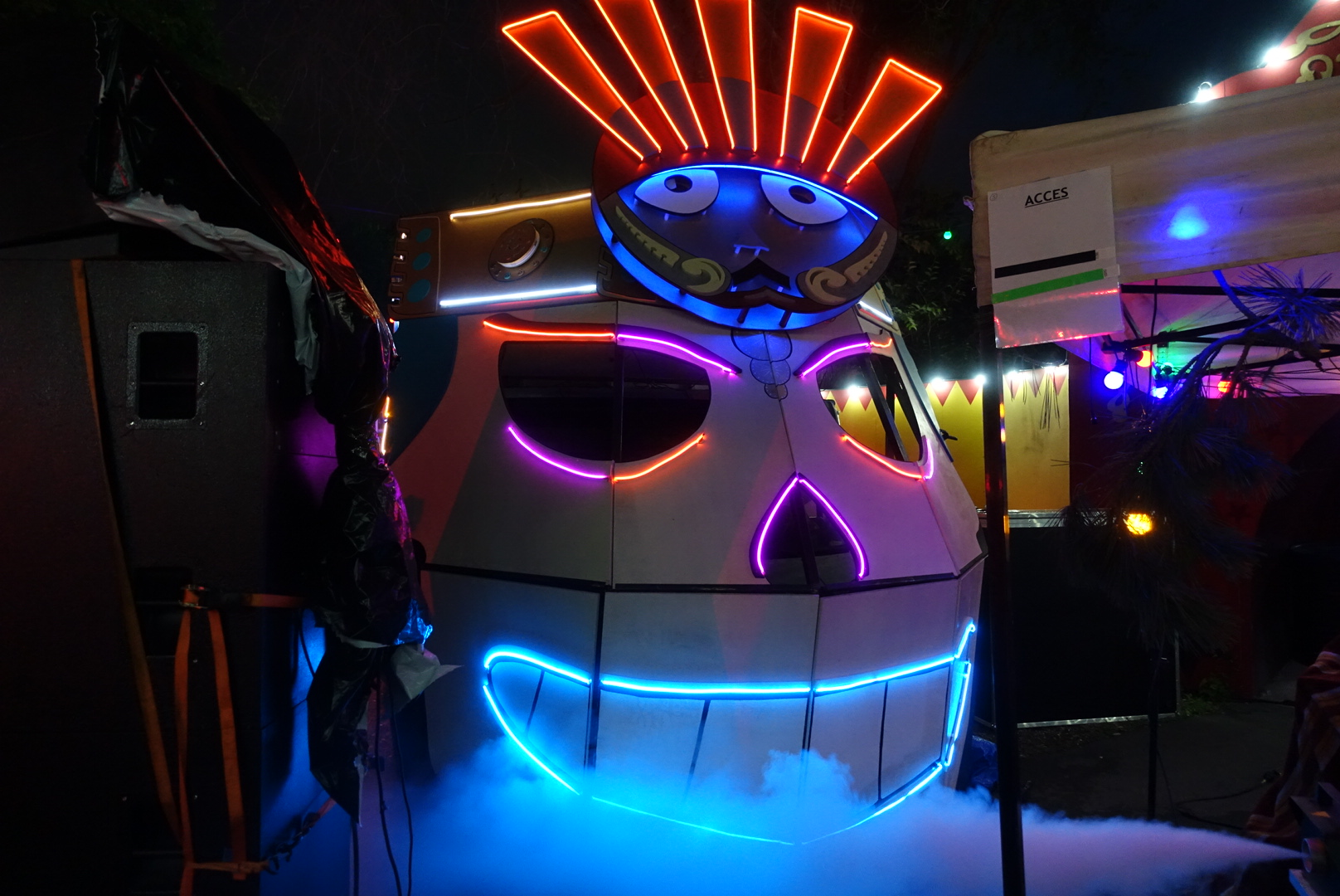 lascar Capac Art car bois neon acier